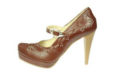 Buty skórzane czółenka szpilki na platformie stylizowane góralskie z paskiem brązowe