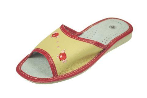 Pantofle skórzane profilowane na klinie żółte z czerwonymi różyczkami